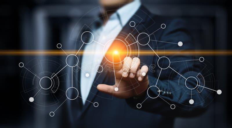 Hombre de negocios que presiona el botón Concepto del negocio de Internet de la tecnología de la innovación Espacio para el texto imagen de archivo