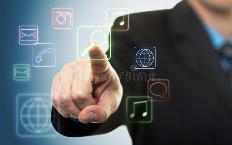 Hombre de negocios que presiona el botón de la aplicación fotografía de archivo libre de regalías