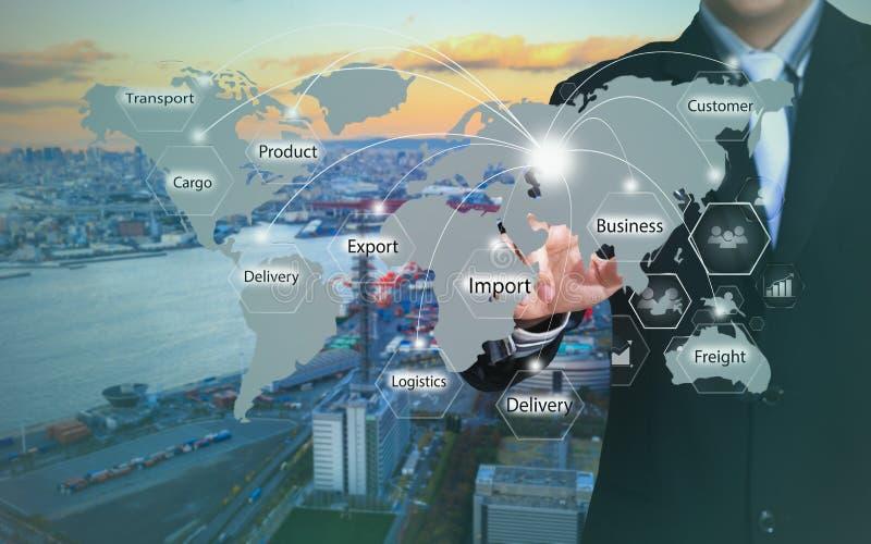 Hombre de negocios que presiona el botón de la logística en las pantallas virtuales imagen de archivo libre de regalías