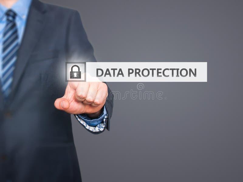 Hombre de negocios que presiona el botón de la protección de datos en las pantallas virtuales fotos de archivo