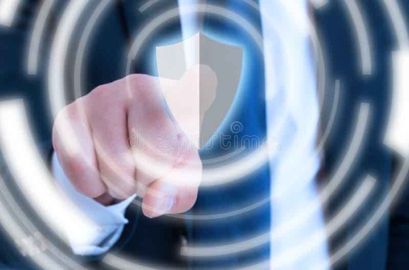 Hombre de negocios que presiona el botón de la seguridad en primer imagenes de archivo