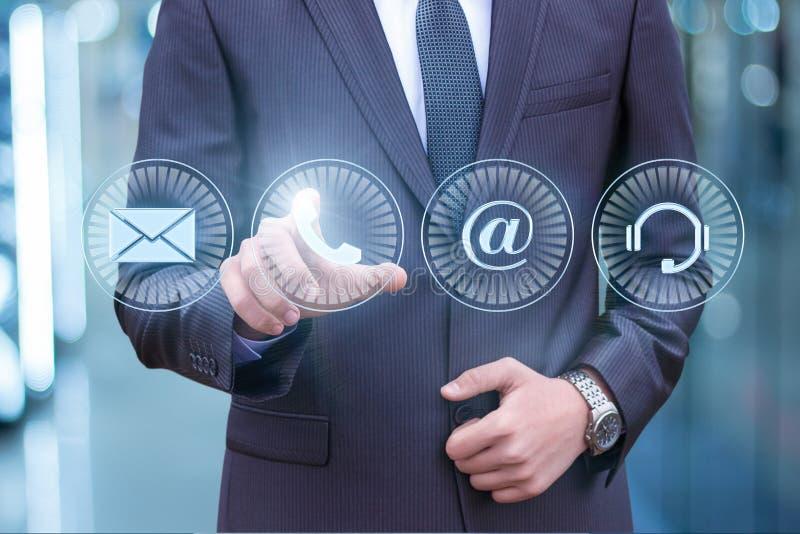 Hombre de negocios que presiona el botón del teléfono imágenes de archivo libres de regalías