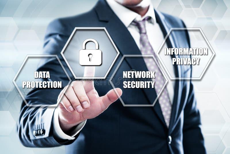 Hombre de negocios que presiona el botón en interfaz de la pantalla táctil y la protección de datos selecta imagen de archivo libre de regalías