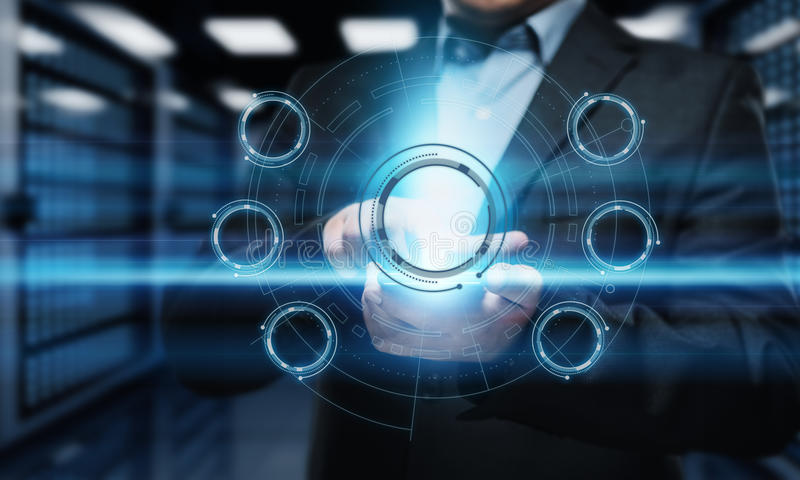 Hombre de negocios que presiona el botón Hombre que señala en interfaz futurista Internet de la tecnología de la innovación y con fotos de archivo libres de regalías