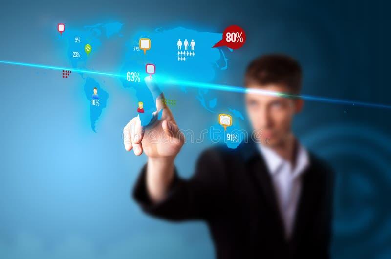 Hombre de negocios que presiona el botón social de los media