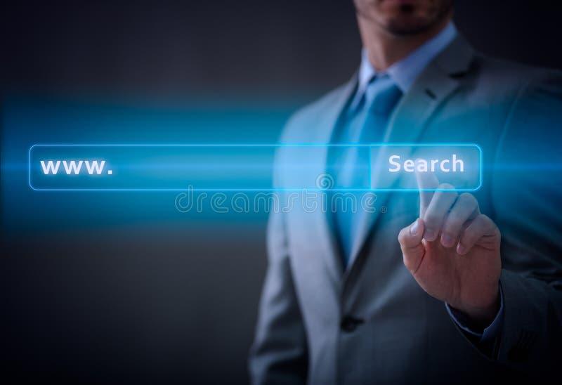 Hombre de negocios que presiona el bot?n virtual imagen de archivo