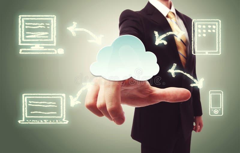 hombre de negocios que presiona el icono de la nube foto de archivo libre de regalías