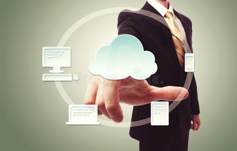 hombre de negocios que presiona el icono de la nube imagen de archivo