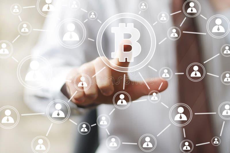 Hombre de negocios que presiona el icono del bitcoin del web del botón fotografía de archivo libre de regalías