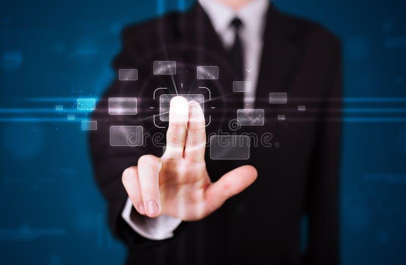 Hombre de negocios que presiona el tipo de alta tecnología de botones modernos fotos de archivo