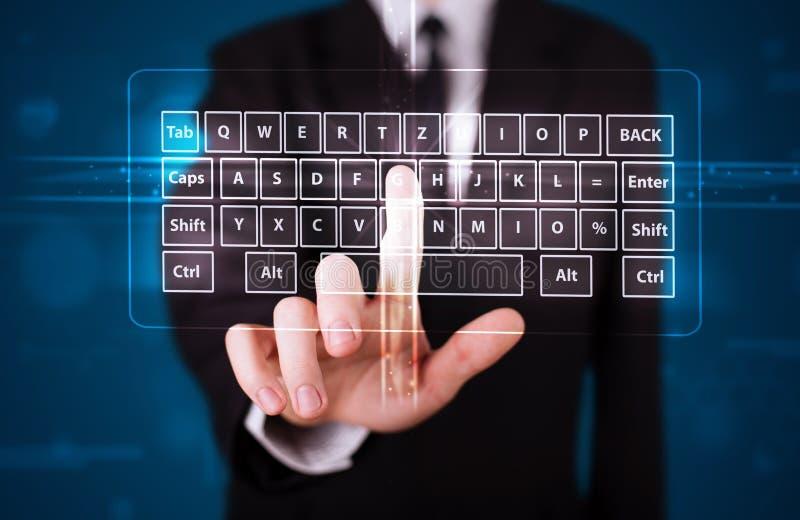 Hombre de negocios que presiona el tipo virtual de teclado imágenes de archivo libres de regalías