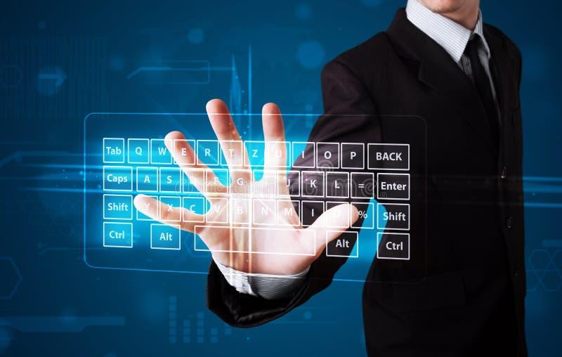 Hombre de negocios que presiona el tipo virtual de teclado foto de archivo libre de regalías