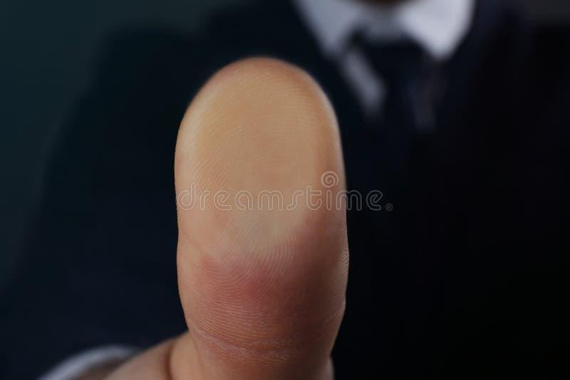 Hombre de negocios que presiona el vidrio del control del escáner biométrico de la huella dactilar, primer foto de archivo