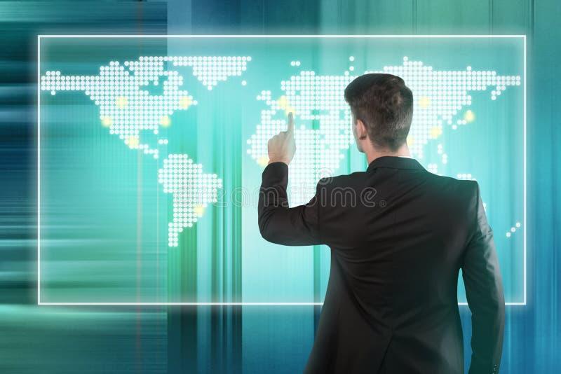 Hombre de negocios que presiona la ubicación en una pantalla del mapa del mundo fotos de archivo