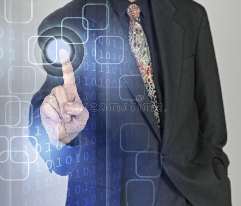 Hombre de negocios que presiona los botones fotos de archivo libres de regalías