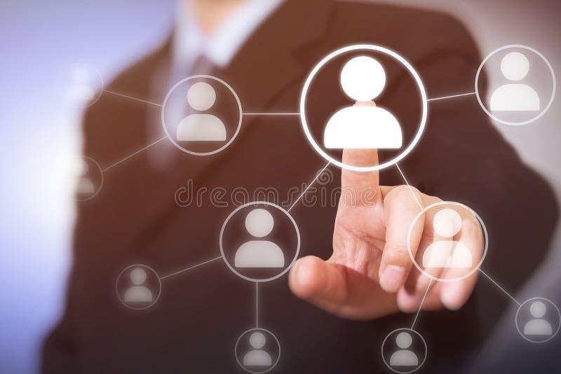 Hombre de negocios que presiona los botones sociales modernos en un fondo virtual imagenes de archivo