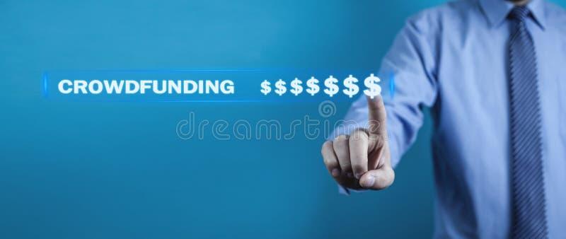 Hombre de negocios que presiona muestras de dólar Concepto de Crowdfunding imagen de archivo
