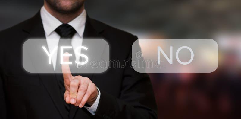 Hombre de negocios que presiona sí el botón foto de archivo