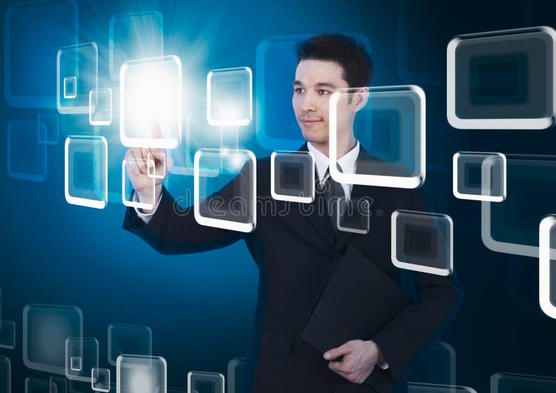 Hombre de negocios que presiona una pantalla táctil fotos de archivo libres de regalías