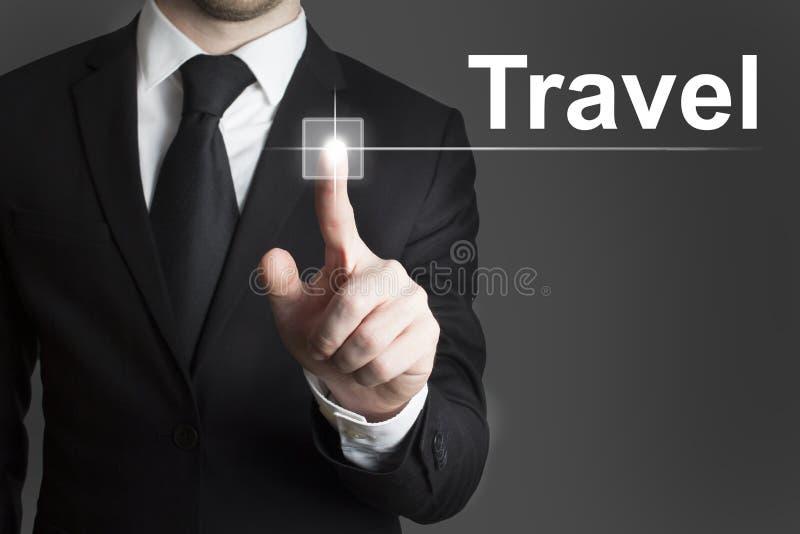 Hombre de negocios que presiona viaje virtual del botón imagen de archivo