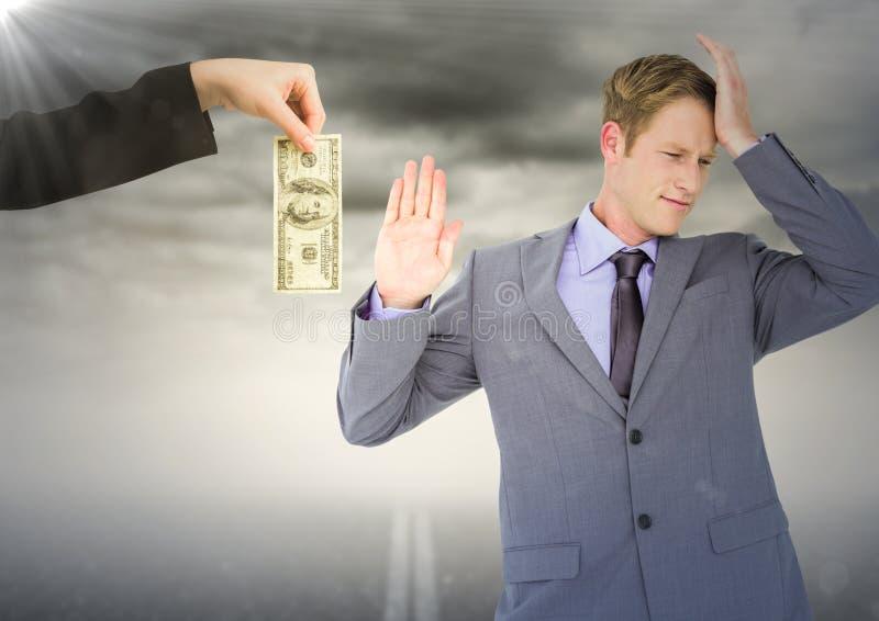 Hombre de negocios que rechaza el dinero contra el camino y el cielo tempestuoso con la llamarada libre illustration