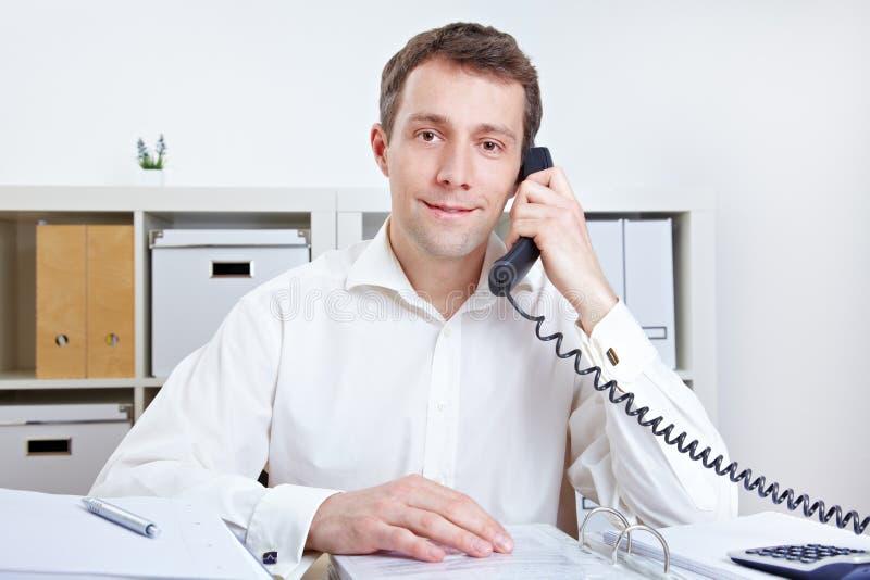 Hombre de negocios que recibe una llamada de teléfono fotos de archivo libres de regalías
