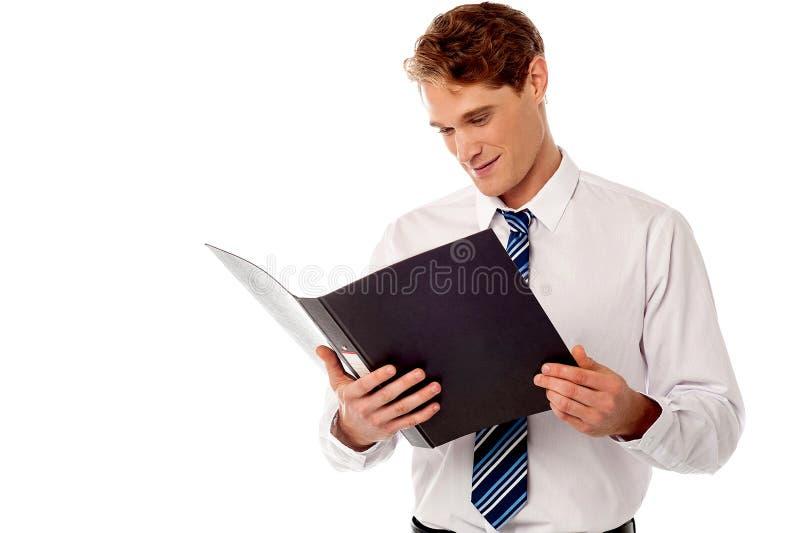 Hombre de negocios que revisa expedientes fotos de archivo libres de regalías