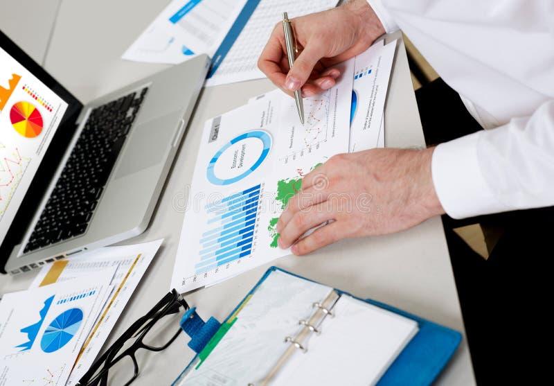 Hombre de negocios que revisa la situación financiera foto de archivo libre de regalías