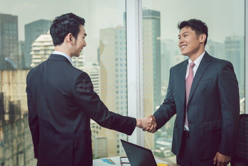 Hombre de negocios que sacude la mano con su socio foto de archivo libre de regalías