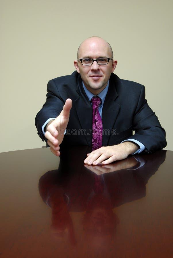 Hombre de negocios que sacude las manos imagen de archivo