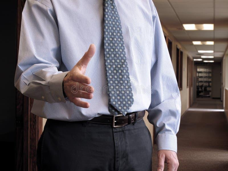 Hombre de negocios que sacude las manos fotos de archivo