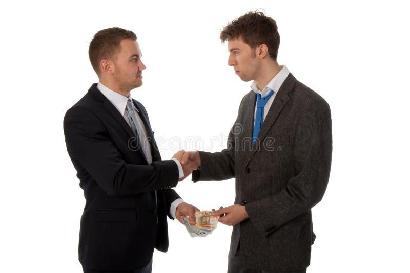 Hombre de negocios que sacude las manos. Se hace el reparto. foto de archivo libre de regalías