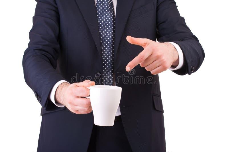 Hombre de negocios que señala en su taza de café. imagen de archivo libre de regalías
