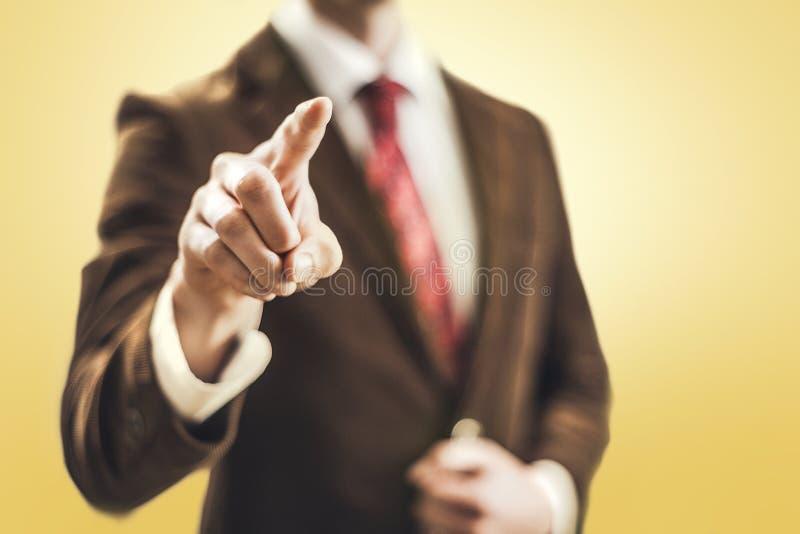 Hombre de negocios que señala hacia cámara fotos de archivo libres de regalías