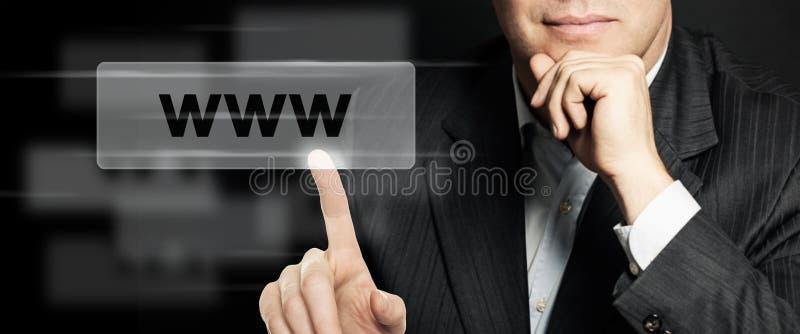 Hombre de negocios que señala la barra de la dirección de WWW Concepto de Seo, del márketing de Internet y del márketing de publi imágenes de archivo libres de regalías
