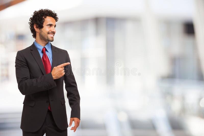 Hombre de negocios que señala su finger al copia-espacio imagenes de archivo