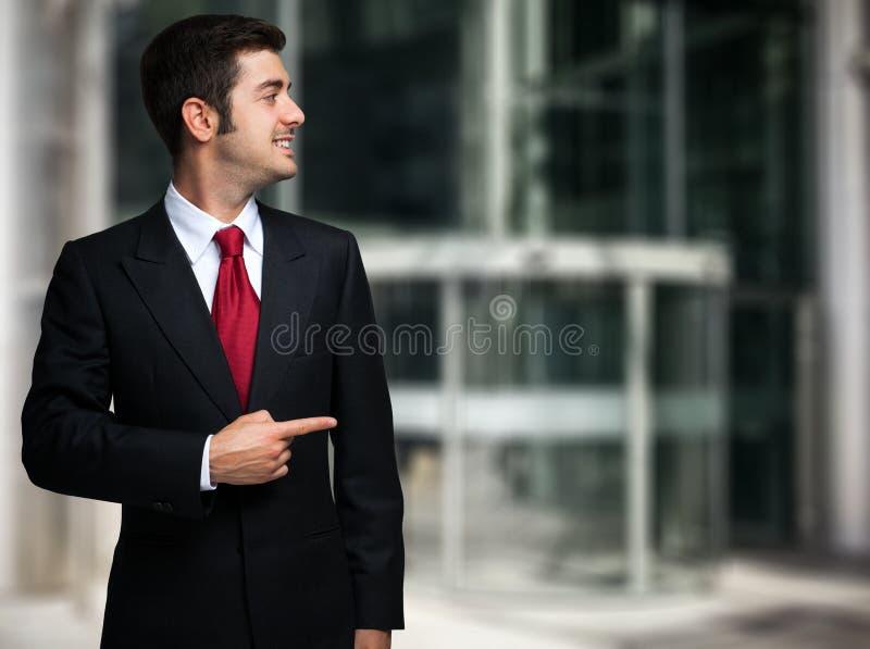 Hombre de negocios que señala su finger al copyspace imagen de archivo