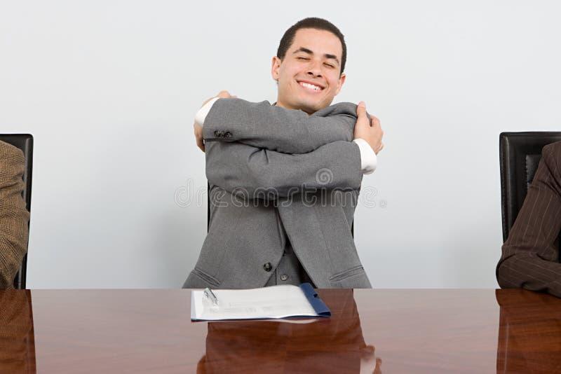 Hombre de negocios que se abraza fotografía de archivo