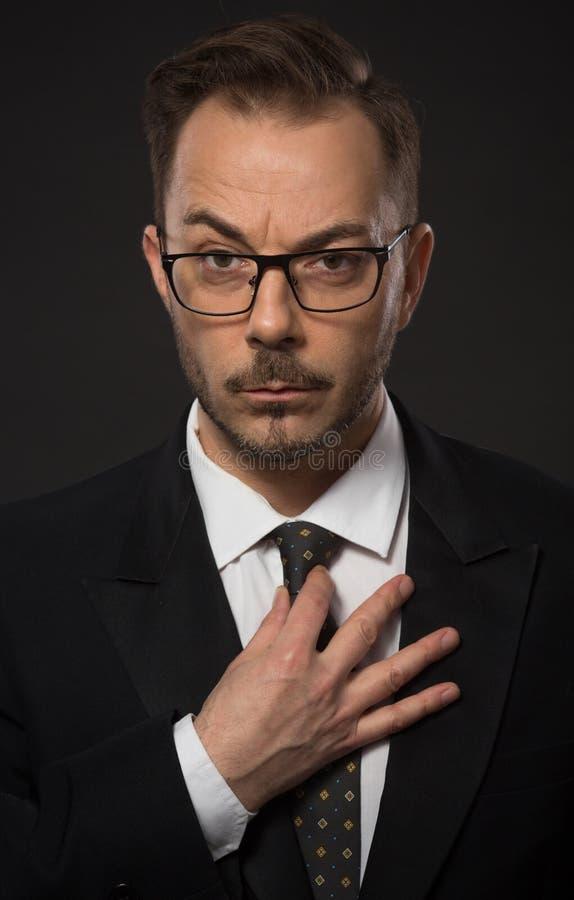Hombre de negocios que se ajusta imagen de archivo libre de regalías