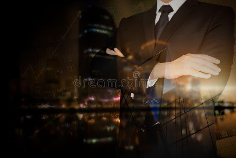 Hombre de negocios que se coloca con sus brazos imágenes de archivo libres de regalías