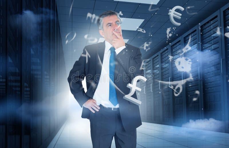 Hombre de negocios que se coloca en centro de datos con los gráficos de la moneda