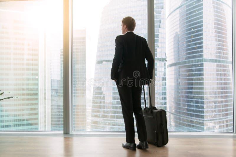 Hombre de negocios que se coloca en la oficina vacía imagen de archivo libre de regalías