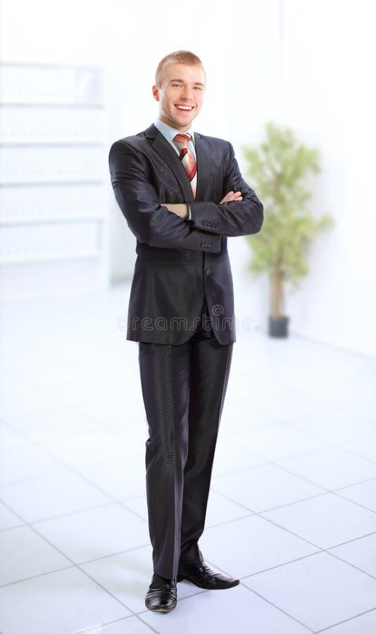 Hombre de negocios que se coloca en un pasillo ligero imagen de archivo libre de regalías