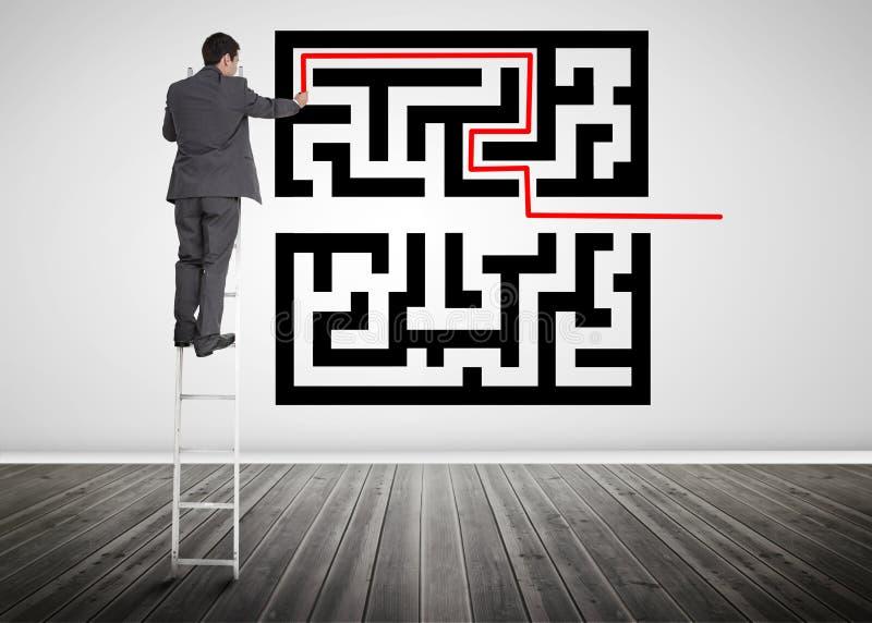 Hombre de negocios que se coloca en una línea del dibujo de la escalera con código del qr imágenes de archivo libres de regalías