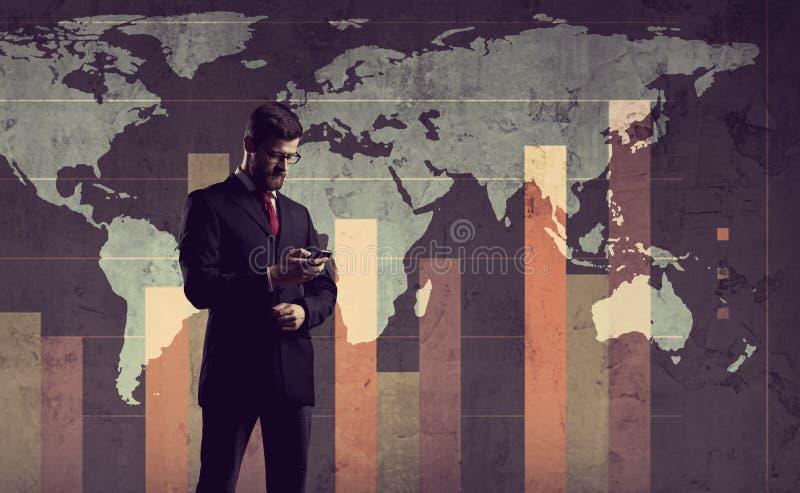 Hombre de negocios que se coloca sobre diagrama Fondo de la correspondencia de mundo Negocios fotos de archivo