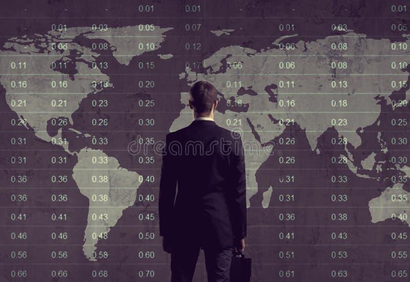 Hombre de negocios que se coloca sobre diagrama Fondo de la correspondencia de mundo Negocios foto de archivo libre de regalías