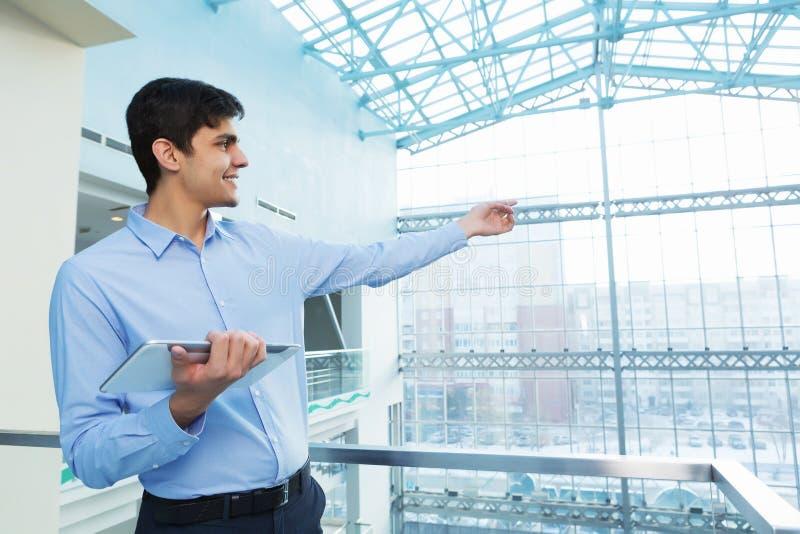 Hombre de negocios que se inclina en las verjas del balcón imágenes de archivo libres de regalías
