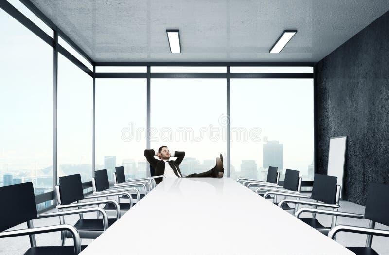 Hombre de negocios que se relaja foto de archivo