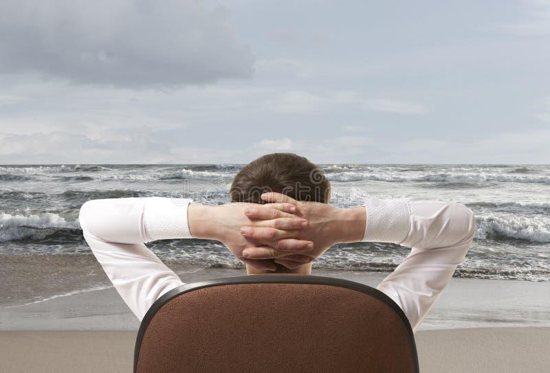 Hombre de negocios que se relaja en la playa fotos de archivo libres de regalías
