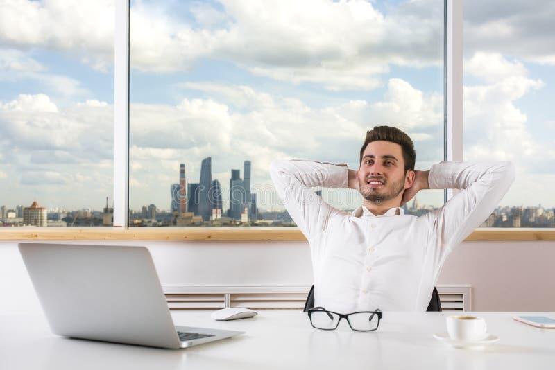 Hombre de negocios que se relaja en oficina fotos de archivo libres de regalías
